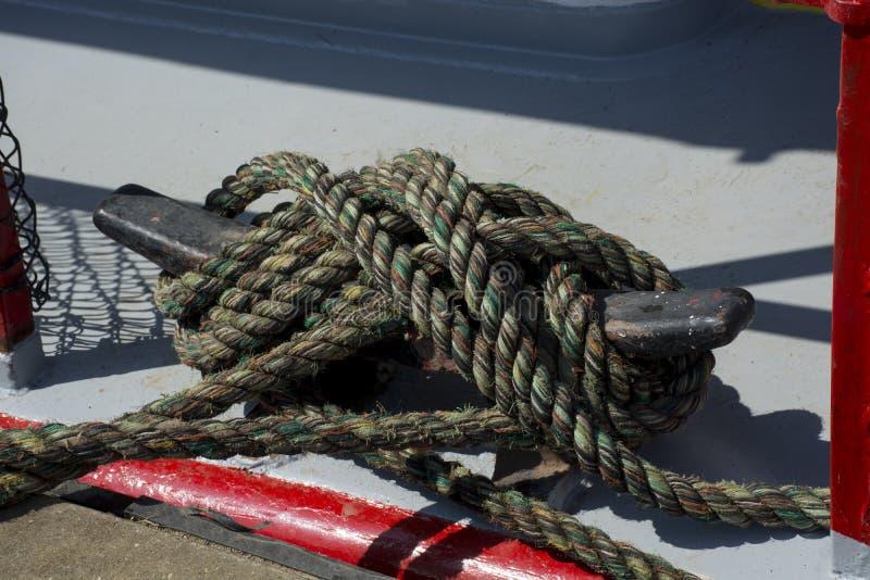 金属防滑板上的对接绳 库存照片