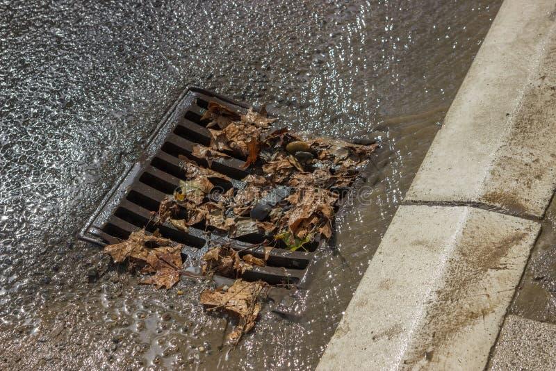 金属风暴在清洗2的街道以后的流失盖子 免版税库存图片