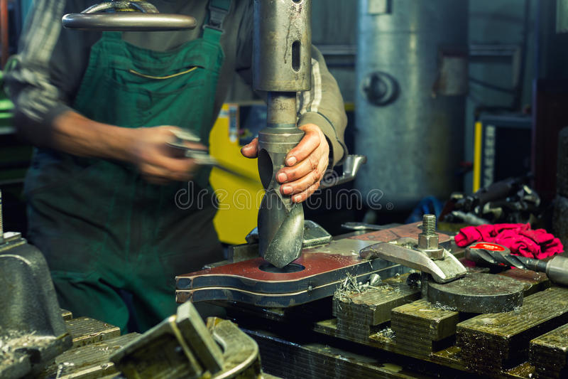 金属钻井在金属车间 库存图片