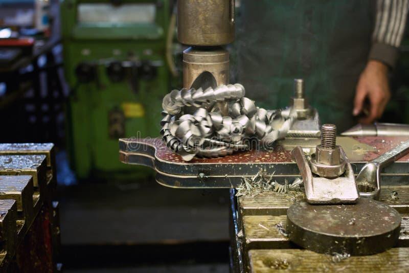 金属钻井在金属车间 免版税图库摄影