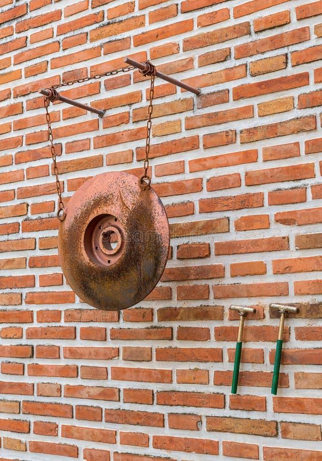 金属semantron垂悬由链子暂停了在罗马尼亚修道院 免版税库存照片