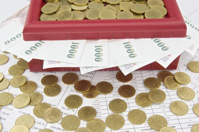 金币和票据在红色珍宝箱子 库存照片