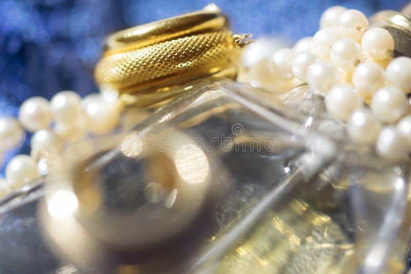 金戒指和珍珠项链 库存照片