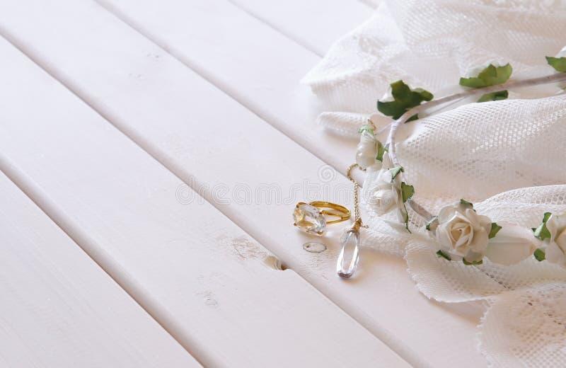 金戒指和项链和白色花卉冠状头饰 库存图片