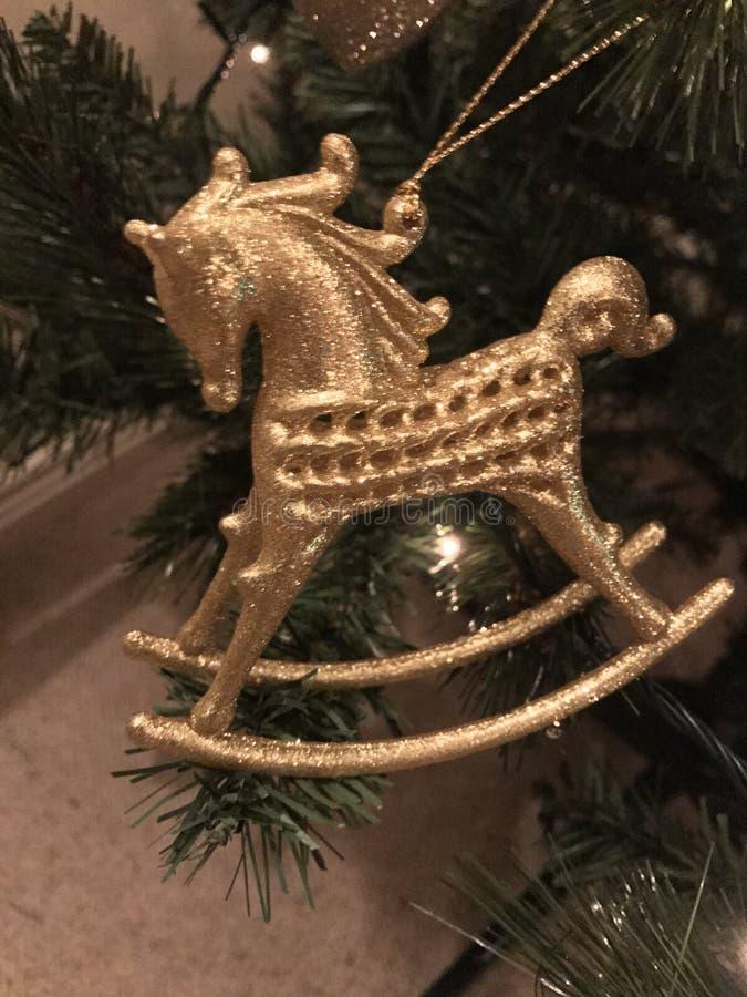 金摇马在树的圣诞节装饰品 图库摄影