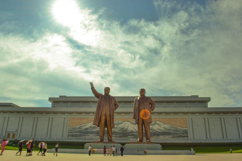 金日成和金正日在万寿台,平壤,北朝鲜古铜色雕象  免版税库存照片
