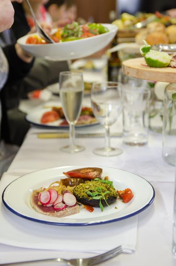 金枪鱼、蘑菇和沙拉 免版税库存图片