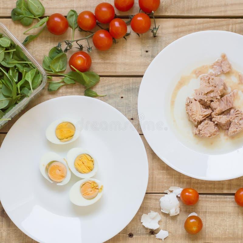 金枪鱼、bolied鸡蛋、西红柿和婴孩菠菜叶子 免版税图库摄影