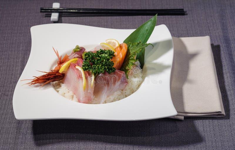 金枪鱼和箭鱼内圆角用未加工的红色虾在米床上 免版税库存图片