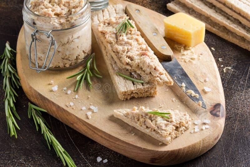 金枪鱼头脑用鸡蛋、乳酪在瓶子和酥脆面包 鱼rillette,健康快餐,饮食食物 图库摄影
