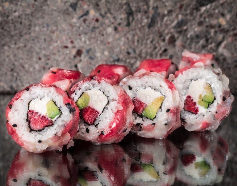 金枪鱼扇贝卷用草莓和鲕梨 库存照片