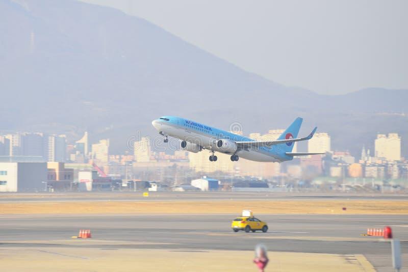 金浦市,韩国- 2014年1月19日:韩航飞机在G的 库存照片