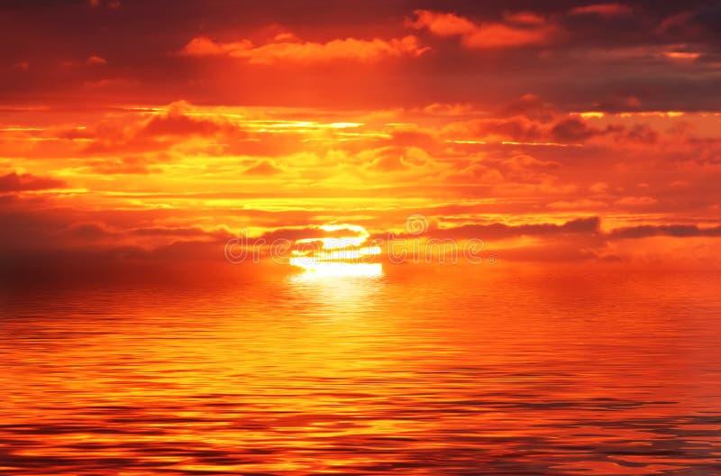 金海洋红色日出 免版税图库摄影