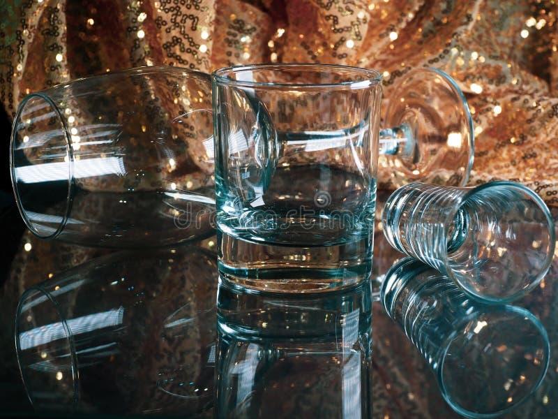 金色模糊闪亮背景玻璃桌上空玻璃杯的色调 库存图片