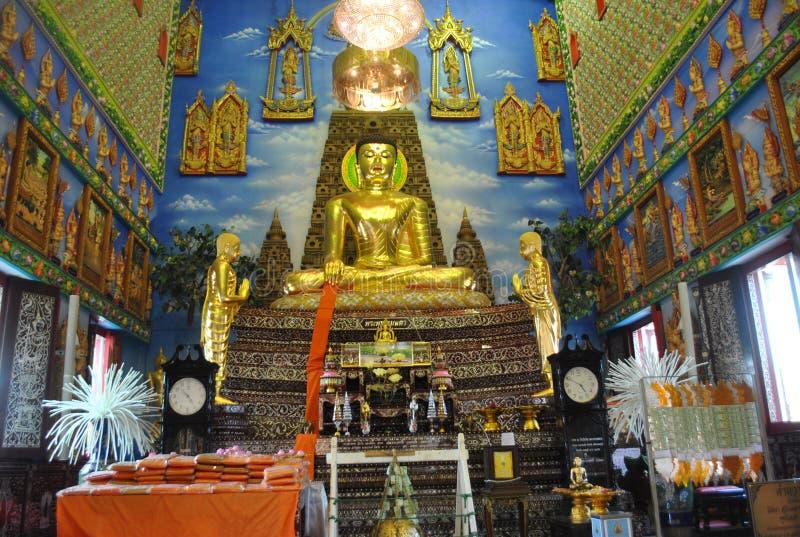 金菩萨雕象Architectur洞察佛教大厦wat buakwan nonthaburi泰国 库存图片