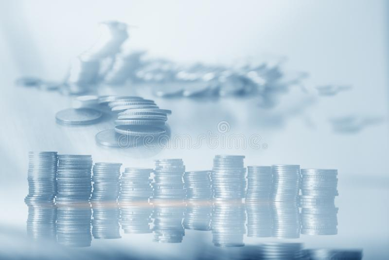 金融与储蓄概念、投资、经济的蓝色背景硬币排 免版税库存图片