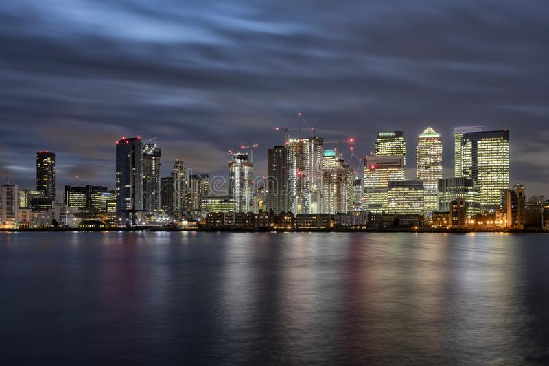 金融中心金丝雀码头的地平线在伦敦,英国 免版税库存图片