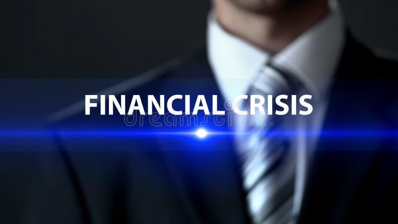 金融危机,在站立在屏幕金钱问题前面的衣服的商人 库存图片