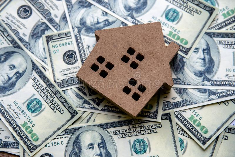 金融投资概念顶视图与不动产事务的成长的能谋取赢利和住宅与房子模型 库存照片