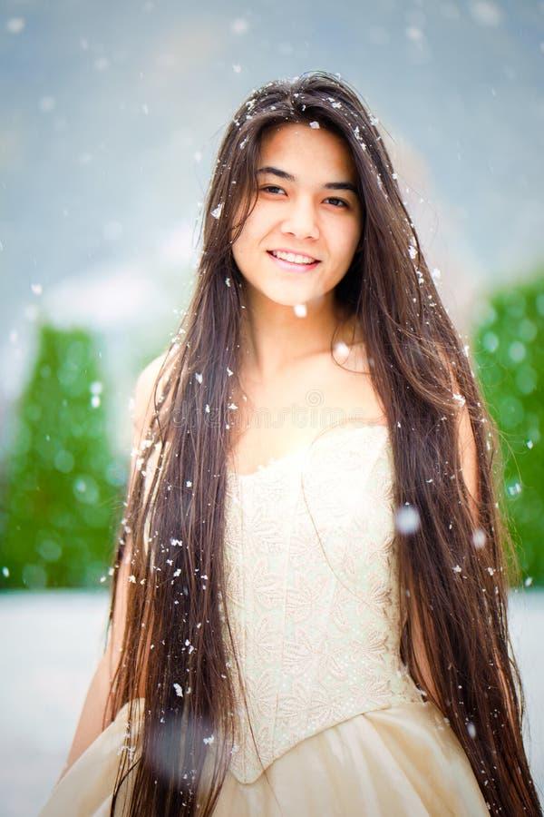 金褂子的两种人种的少妇在多雪的天,微笑 库存图片