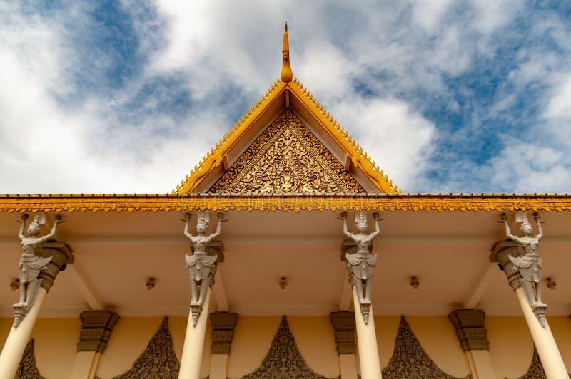 金边柬埔寨奥斯陆王宫-看在屋顶详述的雕象-颜色的 库存照片