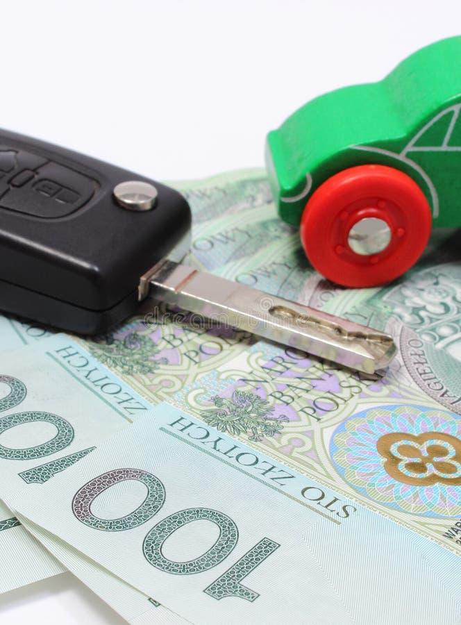 金钱、绿色玩具汽车和钥匙车 奶油被装载的饼干 库存图片