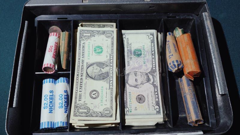 金钱从钱柜消失 破产或快的浪费金钱概念 库存照片