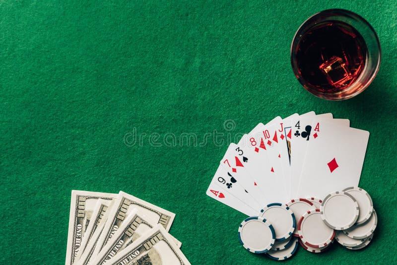 金钱和卡片用威士忌酒在玻璃 库存图片