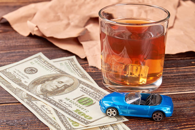 金钱和威士忌酒在木背景 库存照片