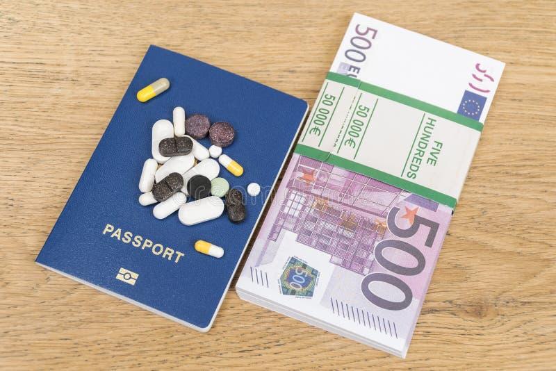 金钱和护照与药片 免版税库存图片