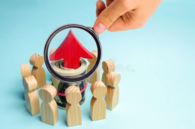 金钱和红色箭头是在队里面 a的概念 免版税库存图片