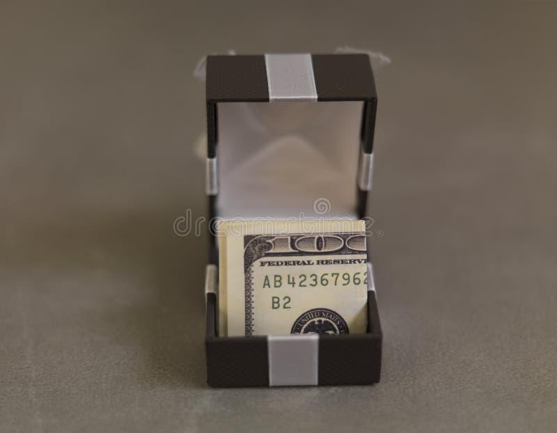金钱客观礼物在礼物盒的 免版税库存图片