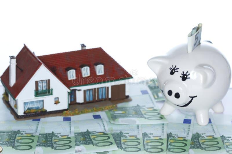 金钱房子和存钱罐 免版税库存图片