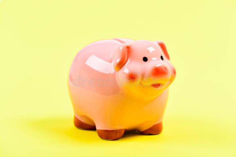 金钱是力量 经济 E 黄色背景的存钱罐 收入管理 计划的预算 免版税库存图片