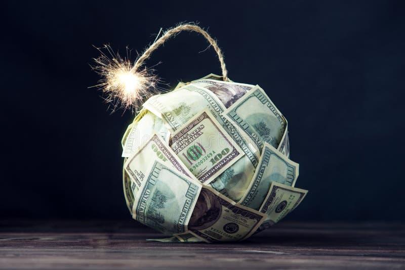 金钱炸弹与一个灼烧的灯芯的一百元钞票 在爆炸前的一点时刻 财务概念的危机 库存照片