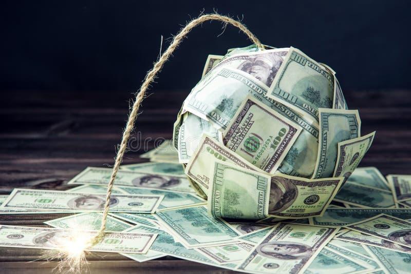 金钱炸弹与一个灼烧的灯芯的一百元钞票 在爆炸前的一点时刻 财务概念的危机 免版税库存照片