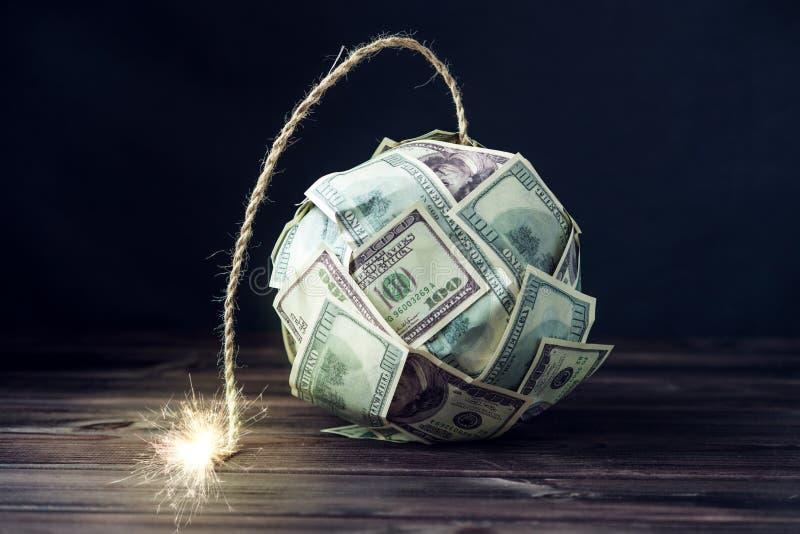 金钱炸弹与一个灼烧的灯芯的一百元钞票 在爆炸前的一点时刻 财务概念的危机 免版税图库摄影