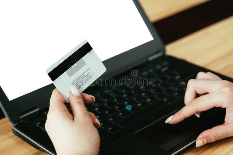 金钱现金后面购买网上购物卡片膝上型计算机 库存照片