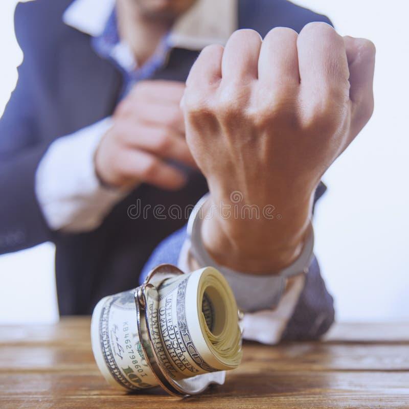 金钱瘾概念 商人被束缚和被桎梏对b 库存照片