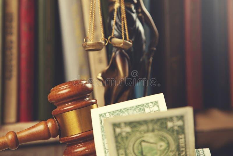 金钱的法官与书 免版税库存图片