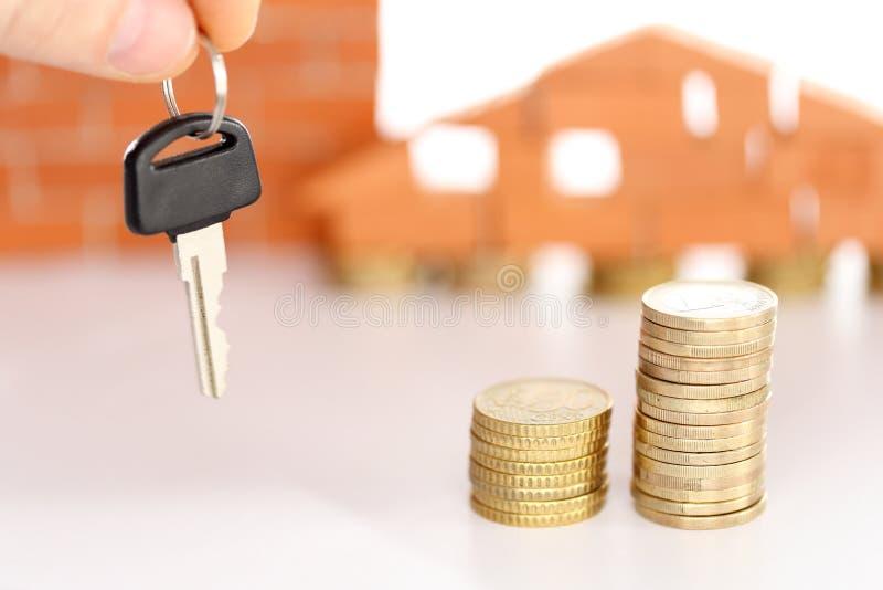 金钱硬币和钥匙 免版税库存照片