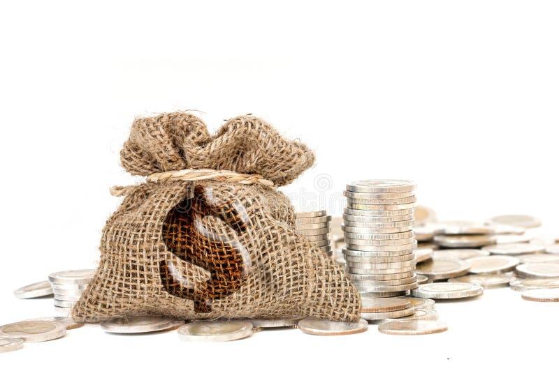 金钱硬币在白色背景的粗麻布大袋 免版税库存照片
