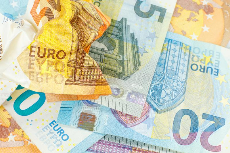 金钱背景 50欧元一张被弄皱的票据在20和5欧元新的钞票  免版税库存照片
