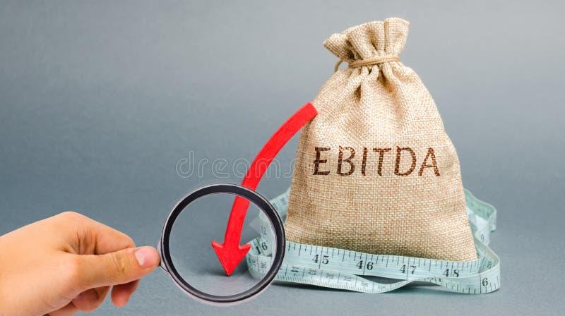 金钱袋子与词Ebitda和在箭头下 在兴趣、税、减价偿还费前的收入 问题与 库存图片