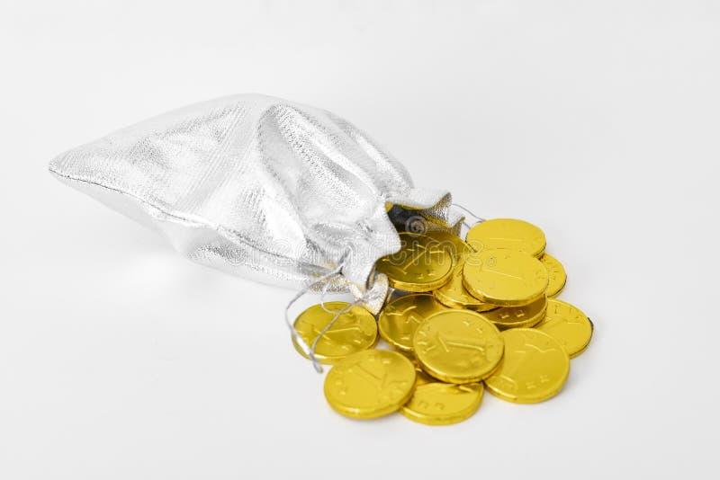 金钱袋子和落从它的金币 库存照片
