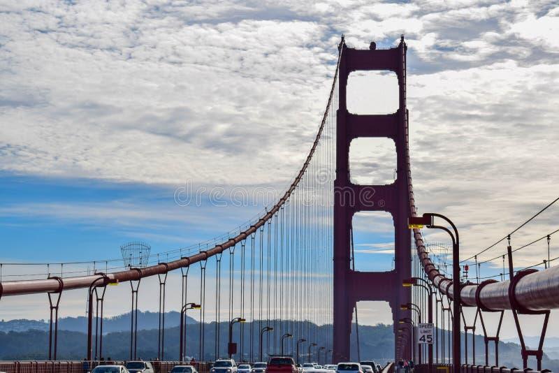 金门大桥停止缆绳和南塔剪影 免版税库存图片
