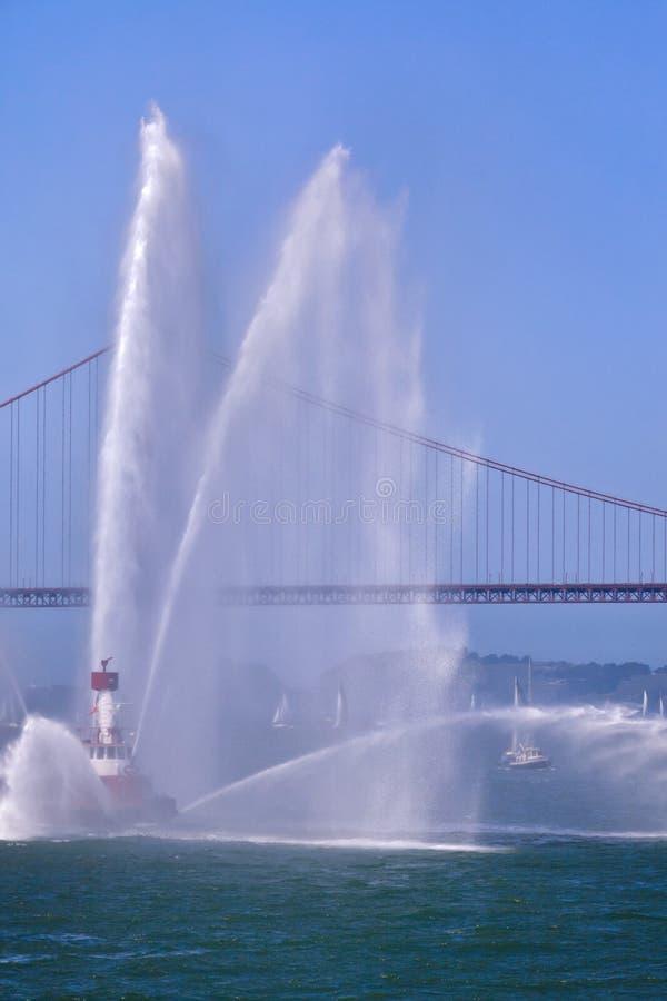 金门大桥和火小船图象 免版税库存图片