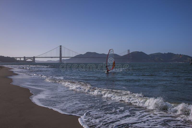 金门大桥海湾的冲浪者 免版税库存照片