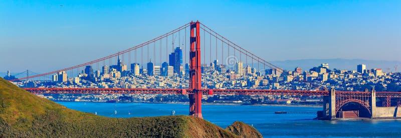金门桥和旧金山地平线的全景 免版税库存照片