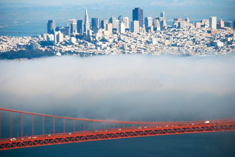 金门桥间距和缆绳在有雾的天视图从马林 免版税库存照片